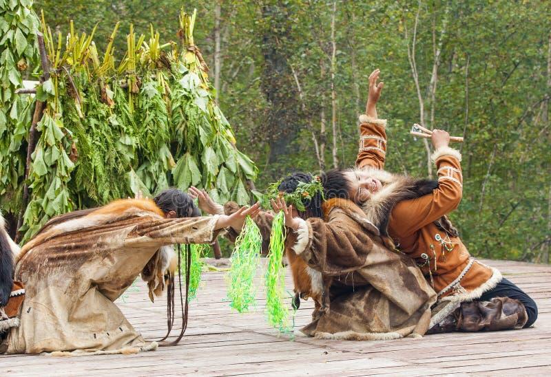 Inboorling die van Kamchatka op feest dansen stock foto's