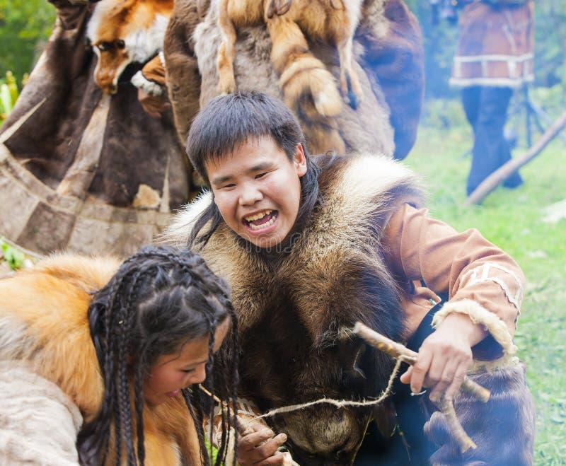 Inboorling die van Kamchatka op feest dansen royalty-vrije stock afbeeldingen