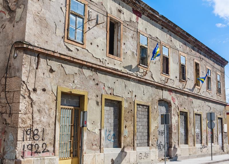 Inbouwend door de oorlog wordt beschadigd die en nog vernieuwde niet Mostar Geru?neerd door kogelgaten, shell van de mortierbom g royalty-vrije stock fotografie