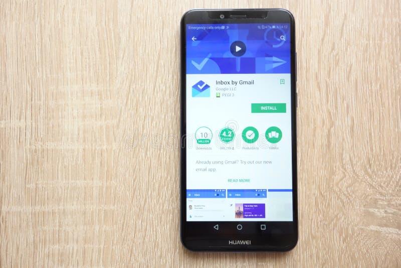Inbox από το Gmail app στον ιστοχώρο καταστημάτων παιχνιδιού Google που επιδεικνύεται στο smartphone Huawei Y6 2018 στοκ φωτογραφίες με δικαίωμα ελεύθερης χρήσης