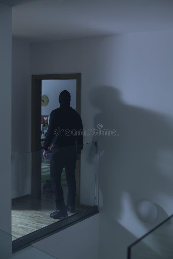 Inbreker binnenshuis stock afbeelding