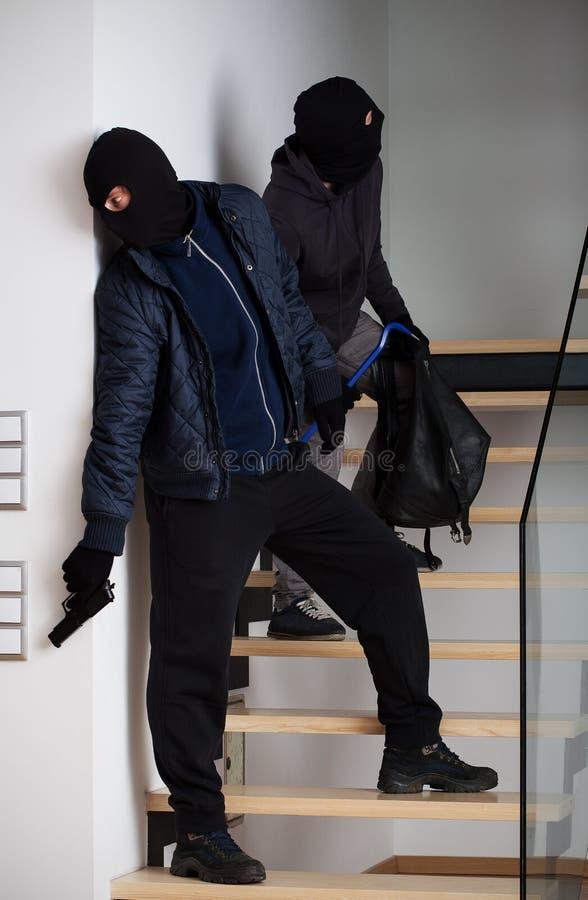 Inbreker die een masker dragen stock foto's