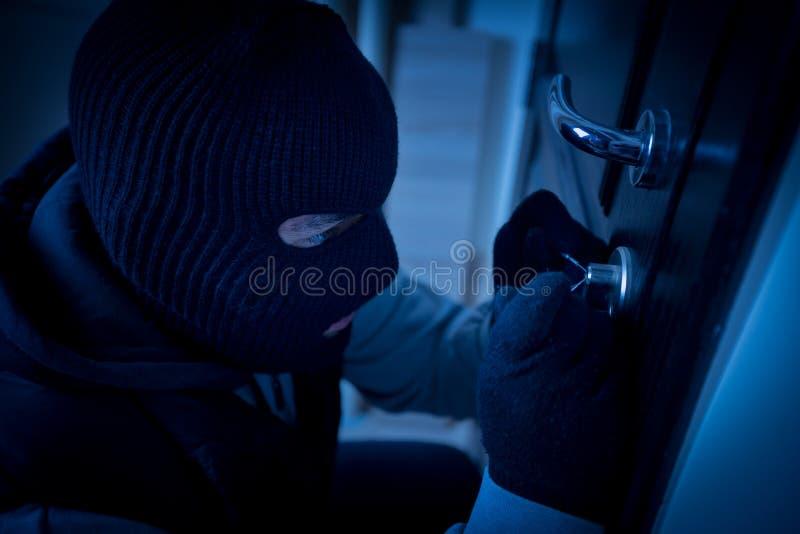 Inbreker die het slot van een deur breken royalty-vrije stock foto
