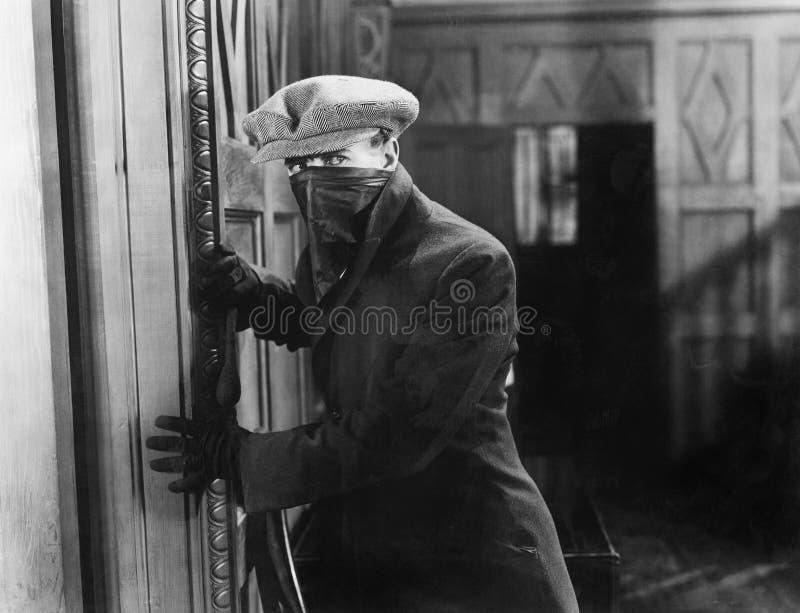 Inbreker met masker in een huis (Alle afgeschilderde personen leven niet langer en geen landgoed bestaat Leveranciersgaranties di royalty-vrije stock afbeeldingen