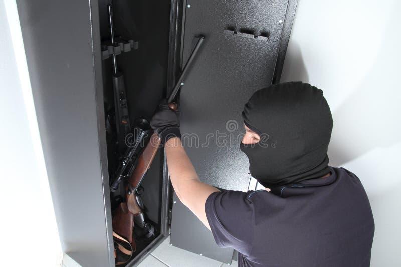 Inbrott och stöld på vapen i ett vapenkassaskåp arkivfoton