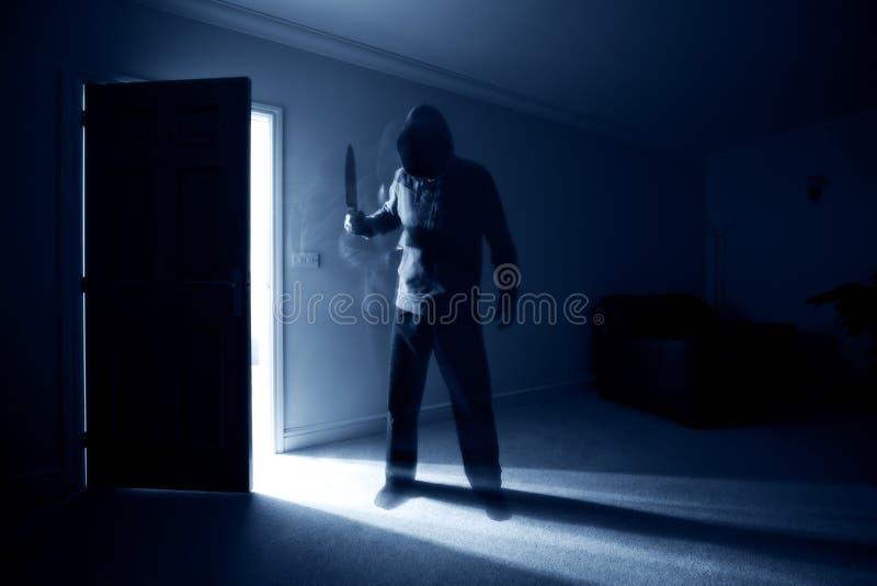 Inbrottstjuv med kniven royaltyfri bild