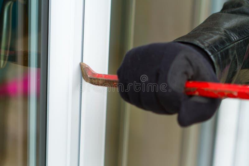 Inbrottstjuv som bryter i ett hus stock illustrationer