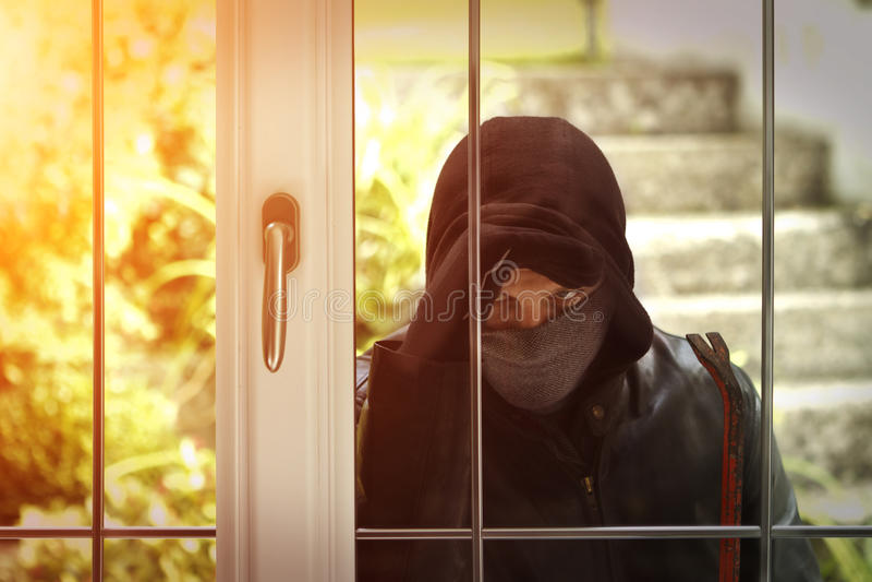 Inbrottstjuv som bryter i ett hus vektor illustrationer