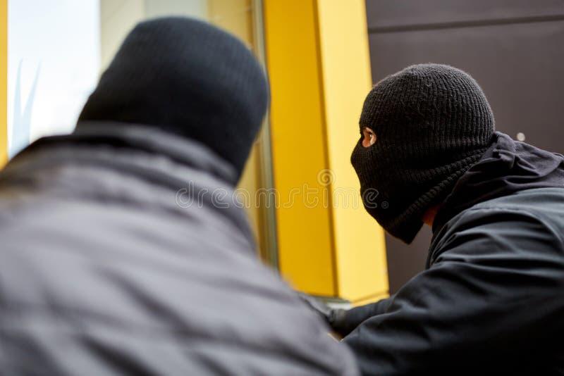 Inbrottstjuvar undersöker huset för inbrott royaltyfria foton