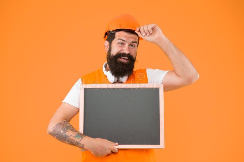 Inbyggd hjälm Installera och reparera rör och tillbehör till vattenförsörjning Hårt kopieringsutrymme för manlig hatt royaltyfria foton