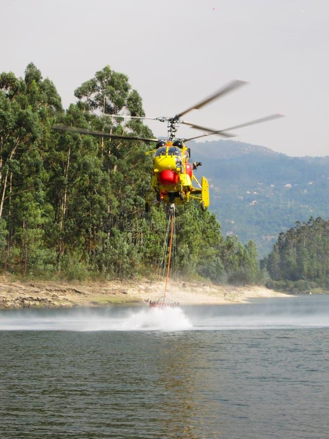 Incêndio da luta do helicóptero imagens de stock royalty free