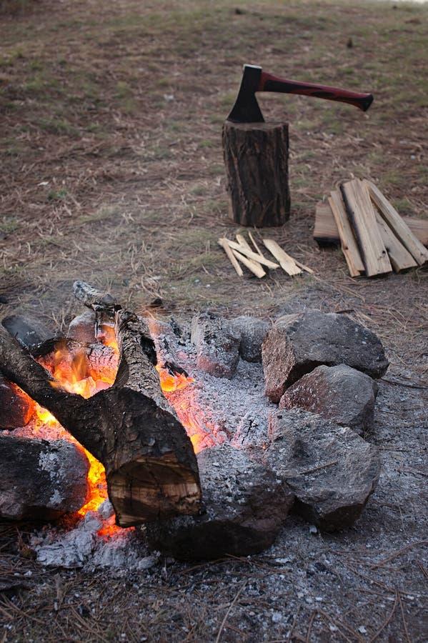 Incêndio de madeira do acampamento fotos de stock royalty free