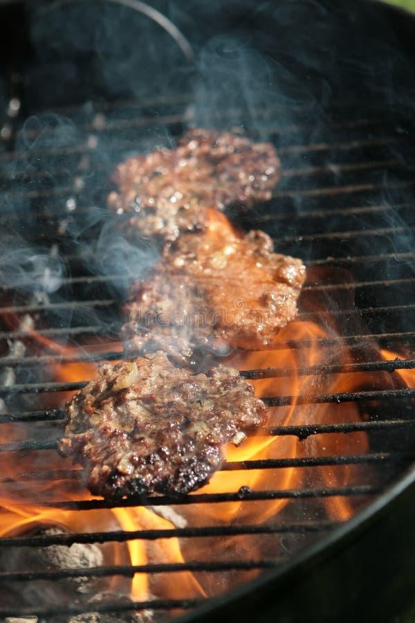 Incêndio debaixo de alguma carne de cozimento fotos de stock royalty free