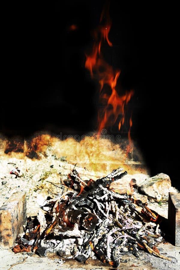 Incêndio do Ember na parede preta foto de stock
