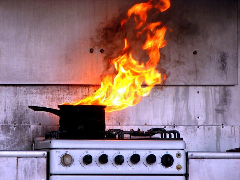 Incêndio do petróleo quente na cozinha foto de stock