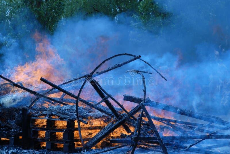 Incêndio em um fumo azul fotos de stock royalty free