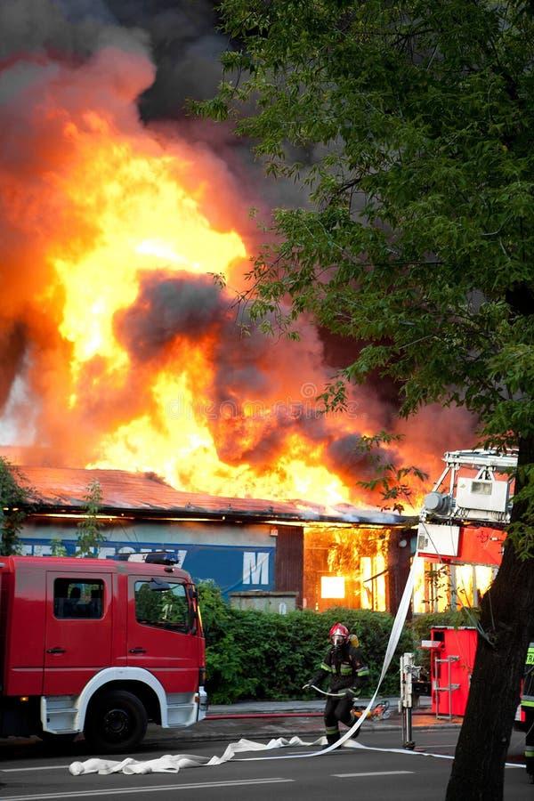 Incêndio enorme na cidade imagens de stock