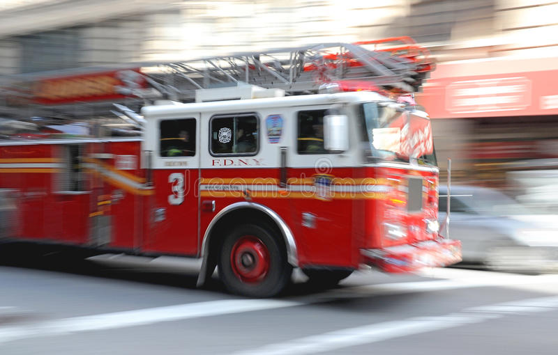 Download Incêndio - Firetruck Na Arremetida Em NY Foto de Stock - Imagem de seguro, firefighting: 15491706