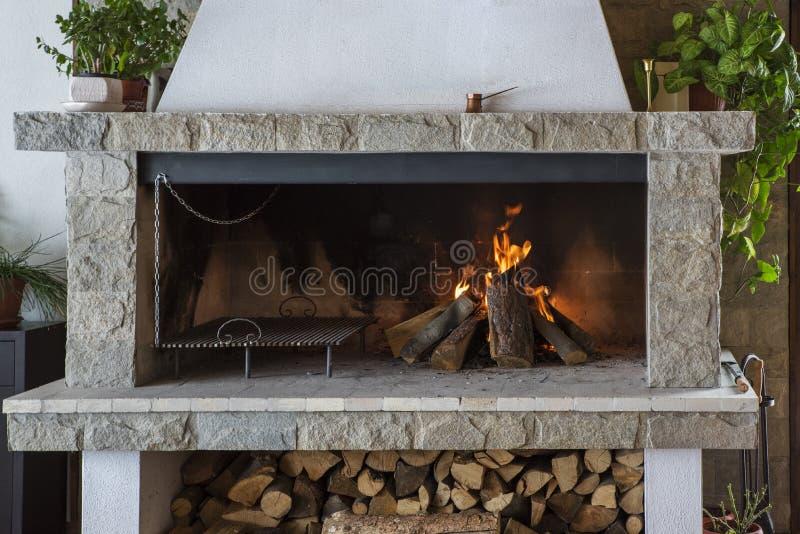 Incêndio na chaminé fotos de stock