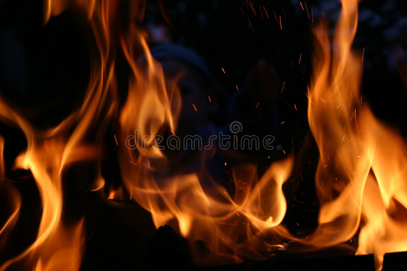 Incêndio na noite imagem de stock royalty free