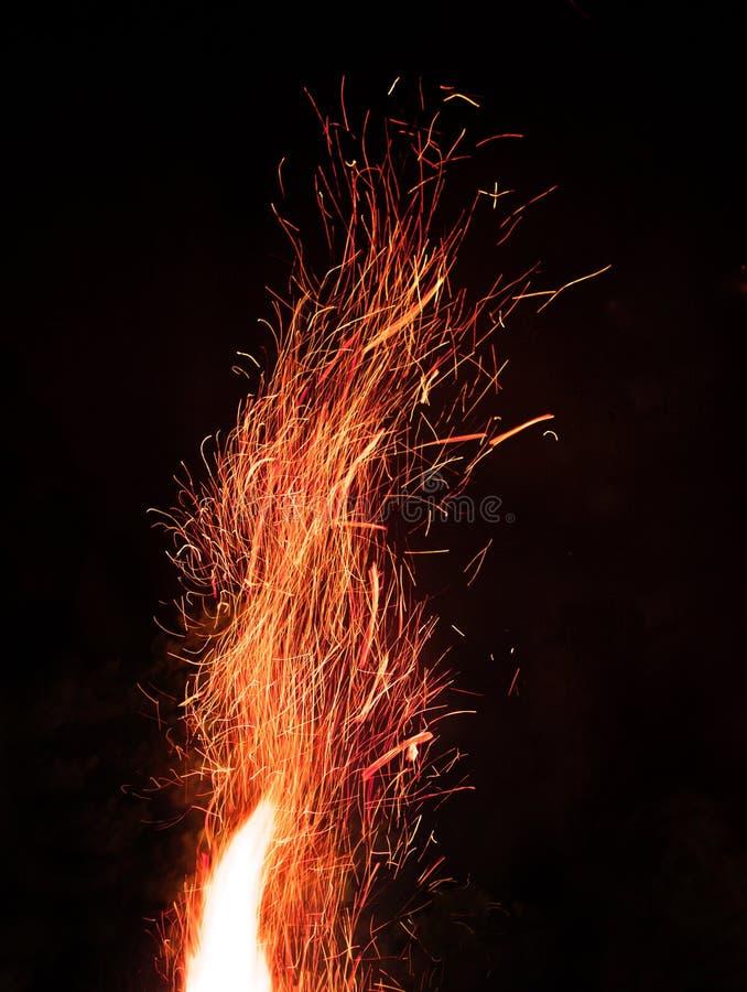 Incêndio Parte superior do fogo na noite com sparkles imagens de stock royalty free