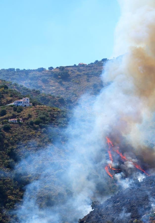 Incêndio violento espanhol que espalha rapidamente acima de um monte para propriedades imagens de stock
