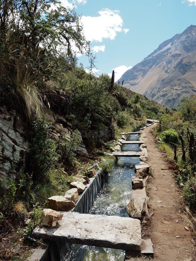 Inca Canal Alongside el rastro de Salkantay en Perú foto de archivo