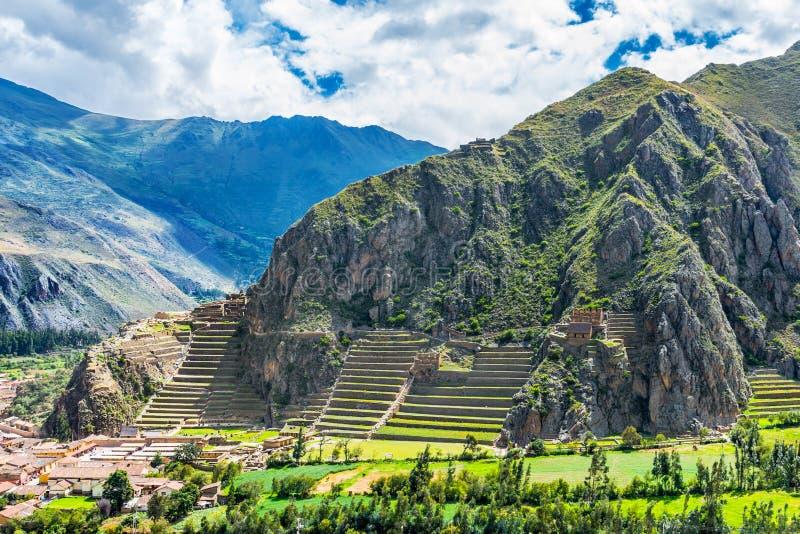 Inca Fortress con las terrazas y Temple Hill en Ollantaytambo, Perú fotos de archivo