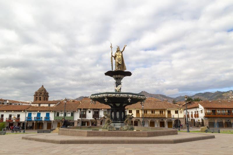 Inca King Pachacutec på springbrunnen i plazaen de Armas, Cusco, Peru arkivfoton