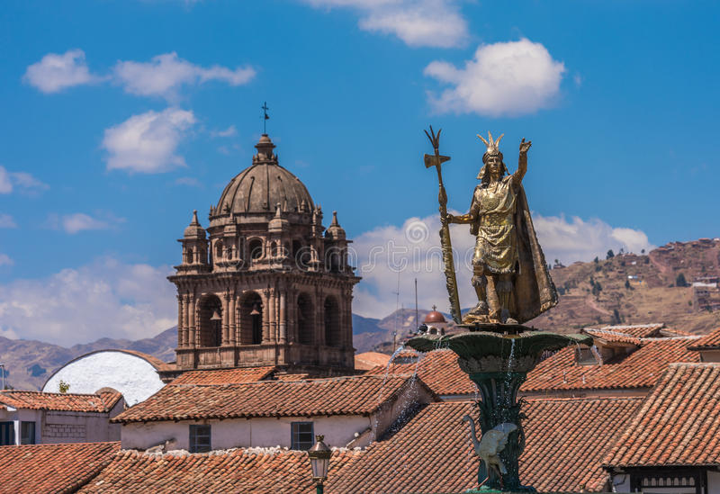 Inca Pachacutec springbrunn i plazaen de Armas av Cusco, Peru arkivfoton