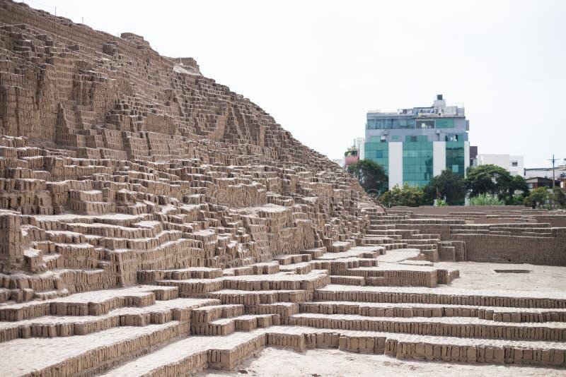 Inca Ruins och moderna byggnader i Lima, Peru arkivfoto
