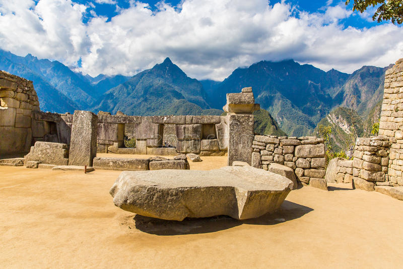 Inca Wall en Machu Picchu, Perú, Suramérica. Ejemplo de la albañilería poligonal. La piedra famosa de 32 ángulos foto de archivo