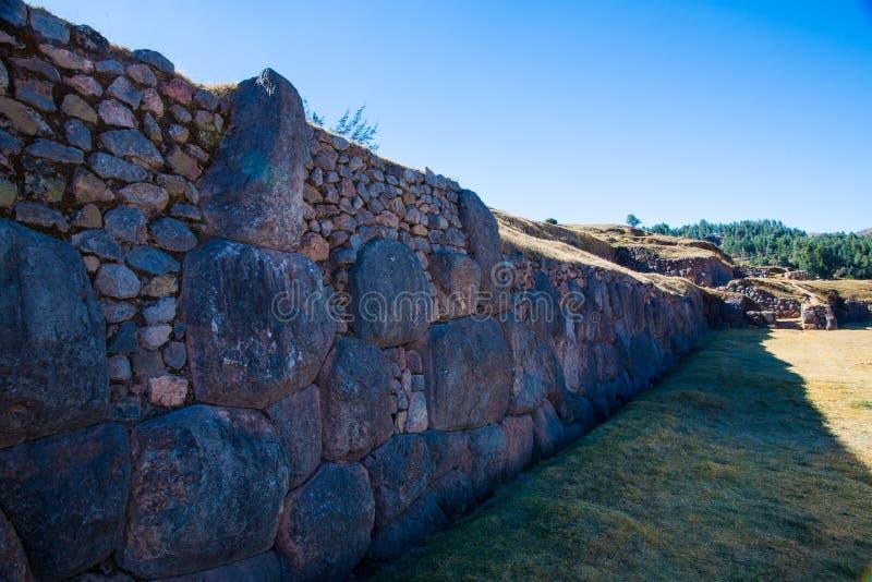 Inca Wall en SAQSAYWAMAN, Perú, Suramérica. Ejemplo de la albañilería poligonal. La piedra famosa de 32 ángulos foto de archivo libre de regalías