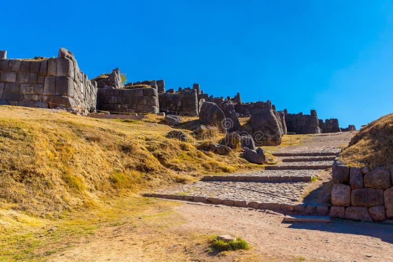 Inca Wall en SAQSAYWAMAN, Perú, Suramérica. Ejemplo de la albañilería poligonal. La piedra famosa de 32 ángulos fotografía de archivo libre de regalías