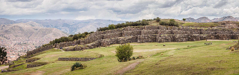 Incaen fördärvar av Sacsayhuaman i staden av Cusco i Peru fotografering för bildbyråer