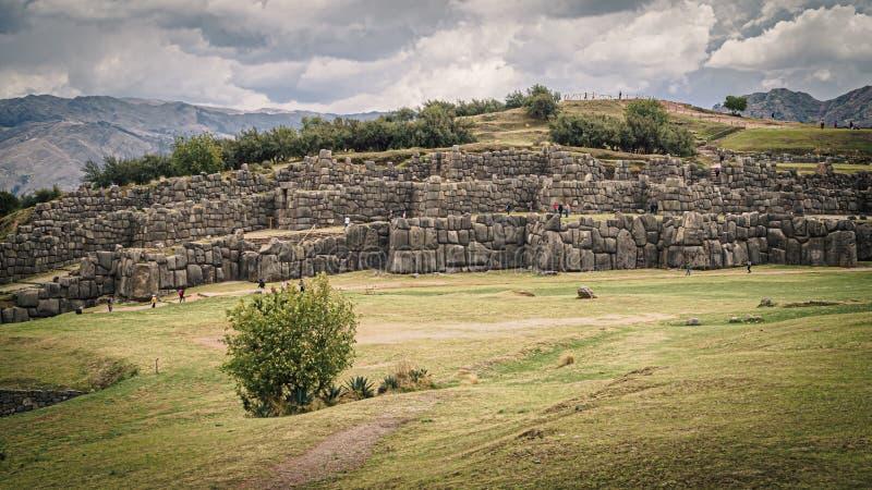 Incaen fördärvar av Sacsayhuaman i staden av Cusco i Peru arkivbilder