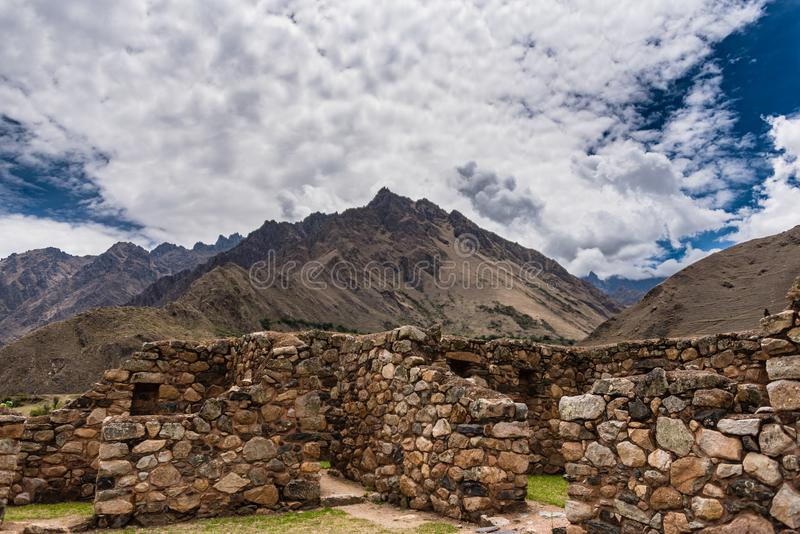 Incan руины с фоном горной цепи стоковые изображения