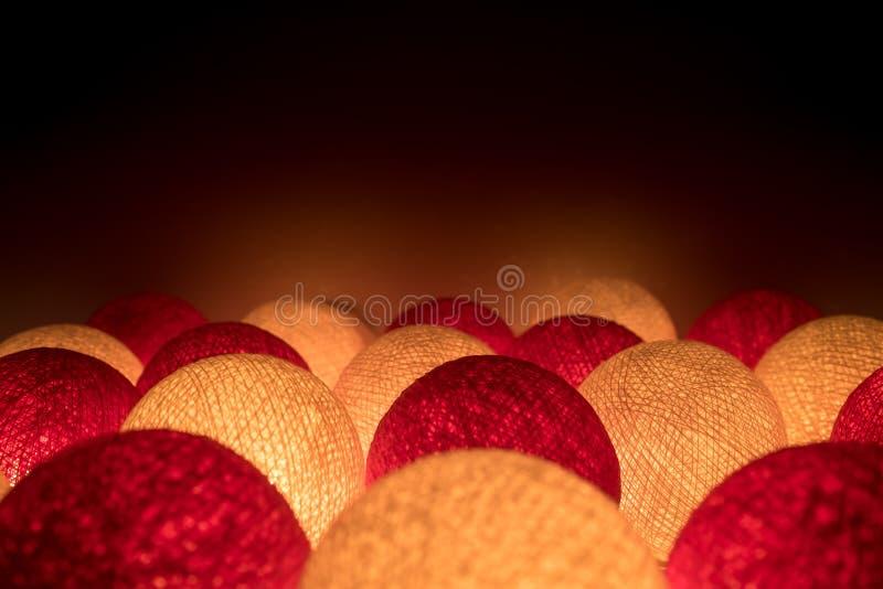 Incandesça na bola da luz vermelha e branca da obscuridade - fotografia de stock royalty free