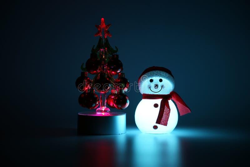 Incandescência dentro do boneco de neve e da árvore de Natal fotografia de stock royalty free
