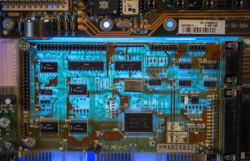 Incandescência do close up das microplaquetas do cartão-matriz do computador foto de stock royalty free