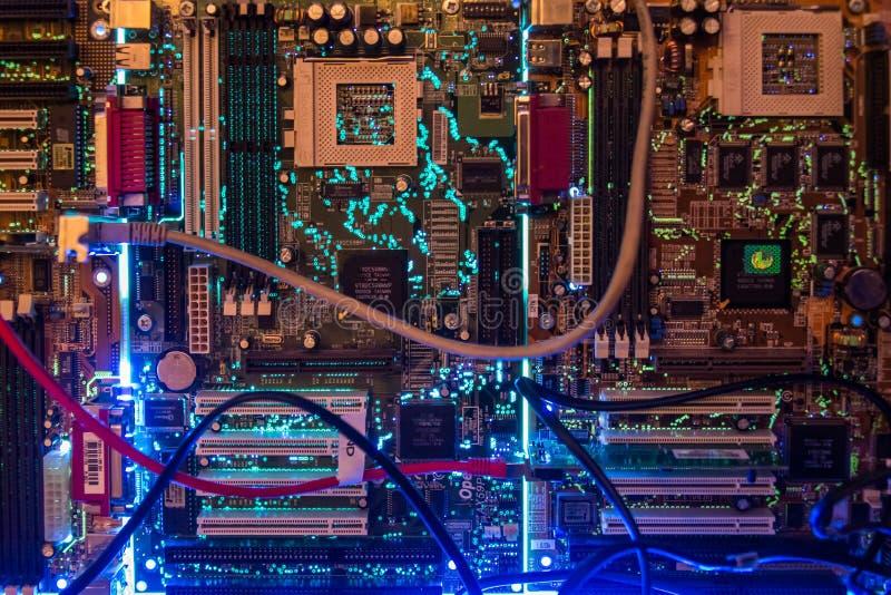 Incandescência do close up das microplaquetas do cartão-matriz do computador imagem de stock