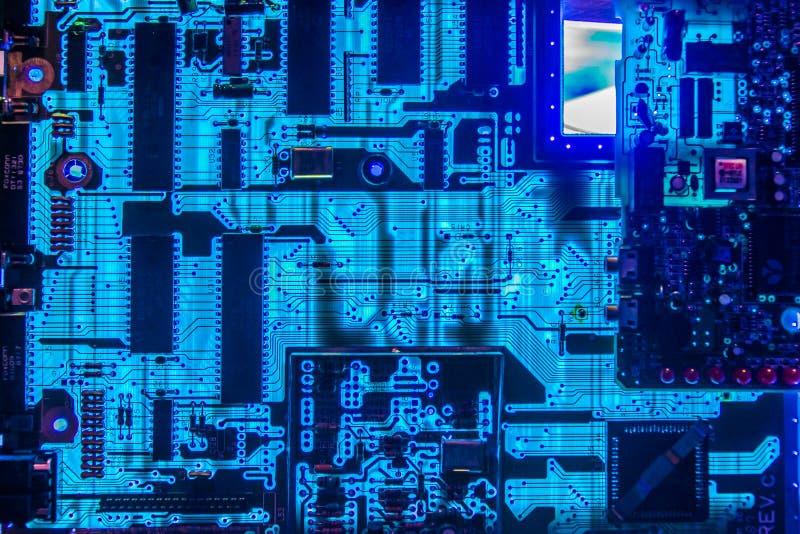 Incandescência do close up das microplaquetas do cartão-matriz do computador fotografia de stock royalty free