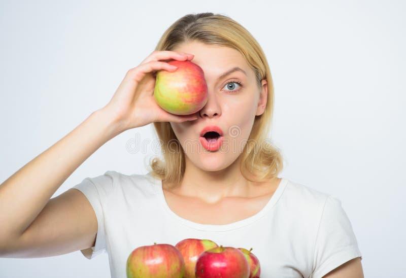 Incandesc?ncia com beleza natural Cultivando o conceito Dentes saud?veis Mulher feliz que come Apple pomar, menina do jardineiro  imagens de stock