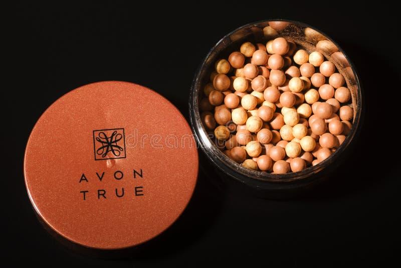 Incandescenza di Avon che bronza le perle isolate su fondo scuro fotografia stock