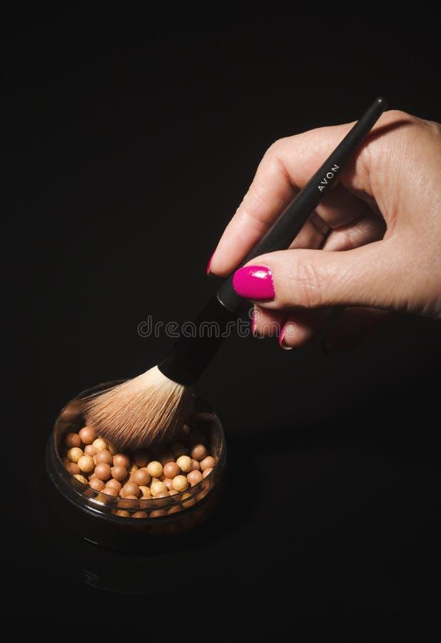 Incandescenza di Avon che bronza le perle isolate su fondo scuro fotografie stock libere da diritti