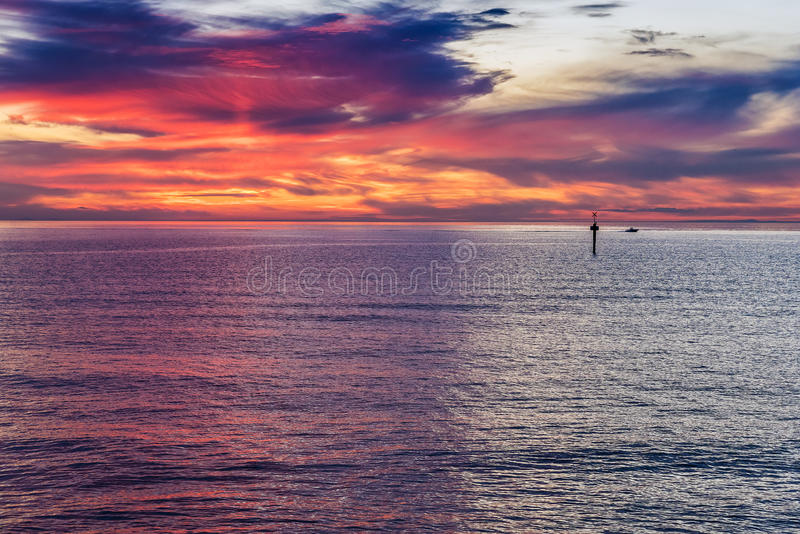 Incandescenza di tramonto sopra l'oceano fotografia stock