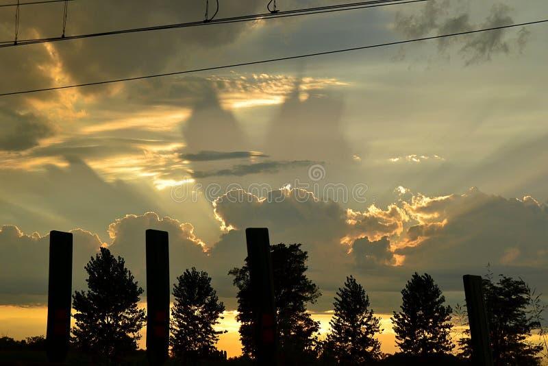 Incandescenza nelle nuvole, forme sconosciute, sera, dopo un temporale, immagini stock