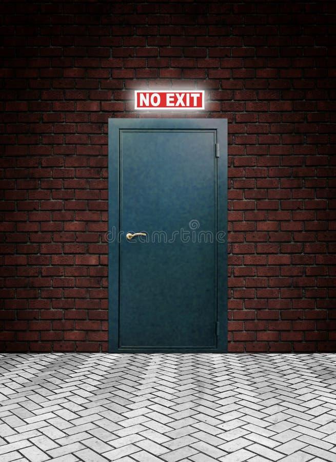 Incandescer não exprime nenhuma saída acima de uma porta fechado do metal em uma parede fotografia de stock