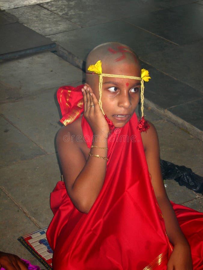 Incantation indienne de chant de garçon   image stock