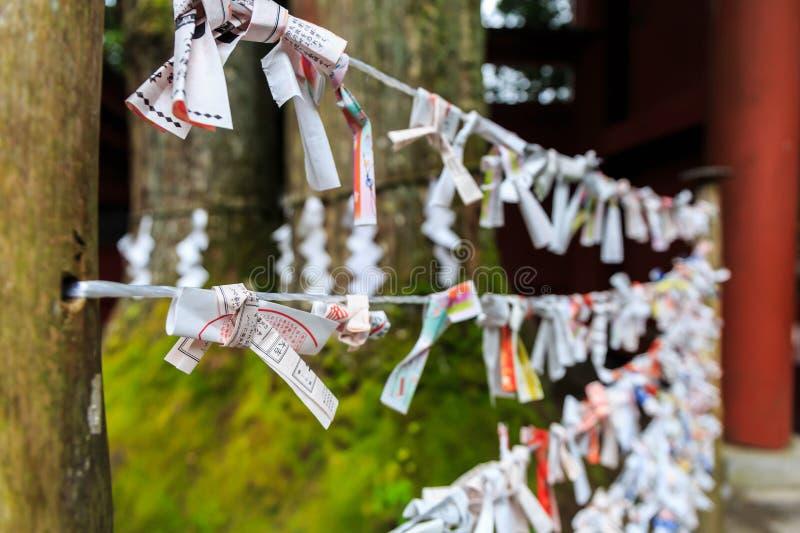 Incanti di Omikuji o carte casuali di fortuna immagini stock libere da diritti